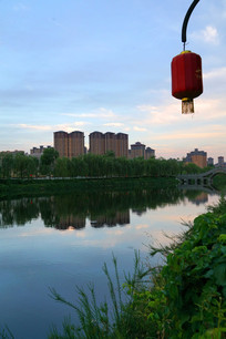 灯笼下的水面美景