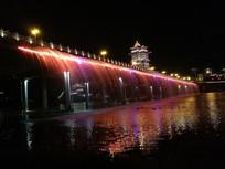 夜晚美丽的桥面喷泉