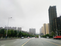 清镇市区高楼群与宽阔的道路