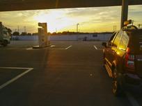 加油站夕阳天空