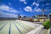 蓝天下的游泳池