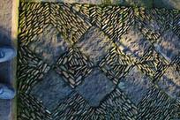 脚下石子菱形铺地