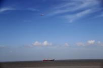 蓝色天空轮船飞机