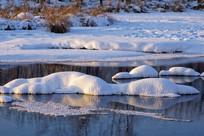 冰封河流美丽的雪包