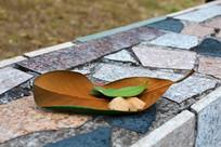 地上几片叶子