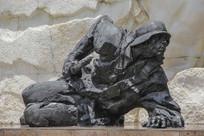 战士匍匐前进雕像