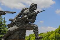 战士手握钢枪雕像