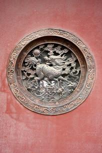 浮雕铜窗麒麟纹