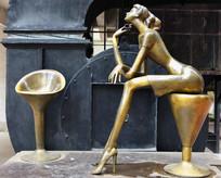 喝酒的 时尚女性塑像