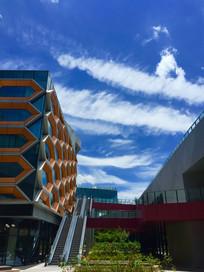 条条白云下的现代建筑