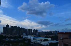 俯拍蓝天白云建筑剪影