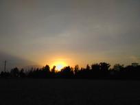 太阳下山的田野