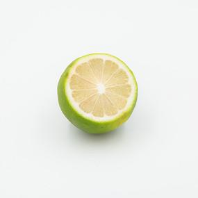 一個切開的檸檬