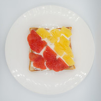 一盘蜜柚黄桃奶油土司面包