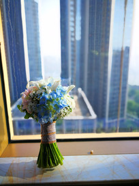 玻璃窗前的手捧花