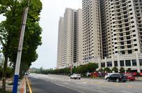 宽阔的马路和林立的高楼