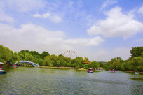 劳动湖虹桥与蓝天白云