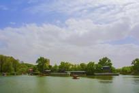 劳动湖环翠阁与蓝天白云