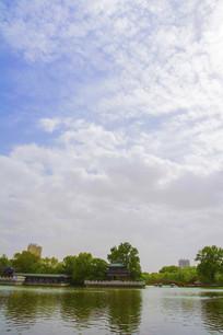 劳动湖环翠阁与蓝天彩云