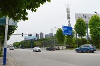 公路上的车子和广告牌
