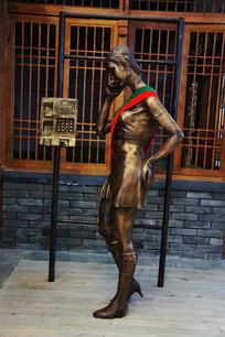 雕像打电话的女子