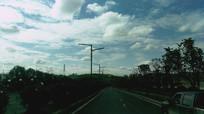 蓝色白云下的公路