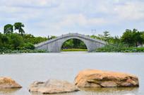 蓝天白云湖泊小桥风景图片