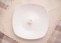 一颗爱心糖在盘子中