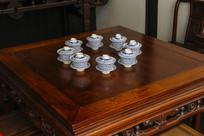 木桌子青瓷茶具