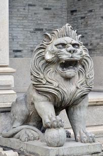 一只石狮子雕塑图片