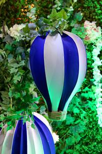 花丛中的热气球饰品