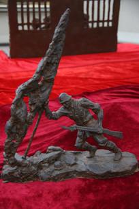 军旗下的战士雕像