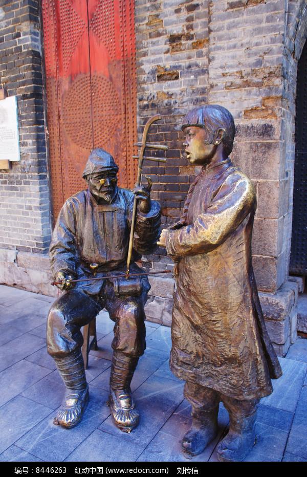 雕塑街头卖唱图片