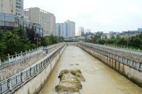 河里黄色的流水