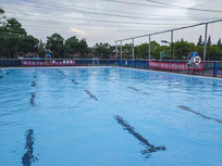 夏日游泳池
