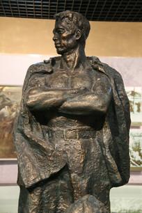 交叉双臂的革命烈士雕像