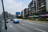 行驶在路上的新能源出租车