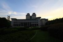 夜色下的中南民族大学图书馆