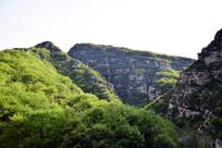 初夏的山岭风景图