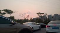 塞车路上的夕阳景色