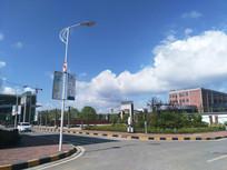 白云朵朵的校园风光