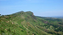 蓝天下的绿色山脉