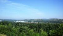蓝天下的远山风景图