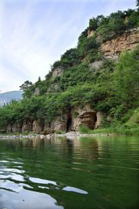 石头山峰和绿色湖泊