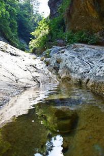 岩石上的小河流