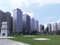 蓝天草地和高楼大厦