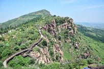 绿色山脉上的观景栈道