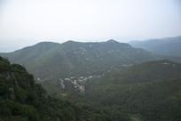 山谷的公路和村庄