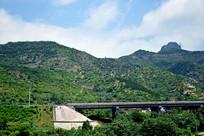 山腰上修建的高速路
