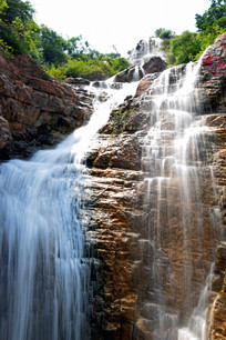 褐色岩石和白色瀑布